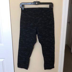 Lululemon black camo crop leggings sz 8 83785